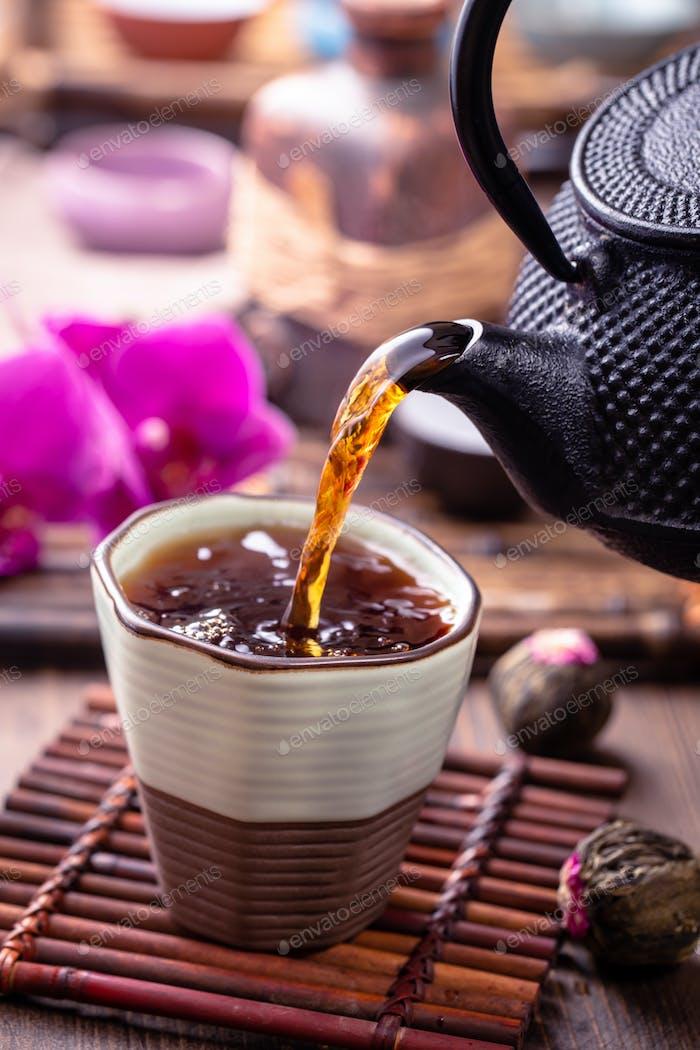 Schwarzer Tee Gießen Nahaufnahme