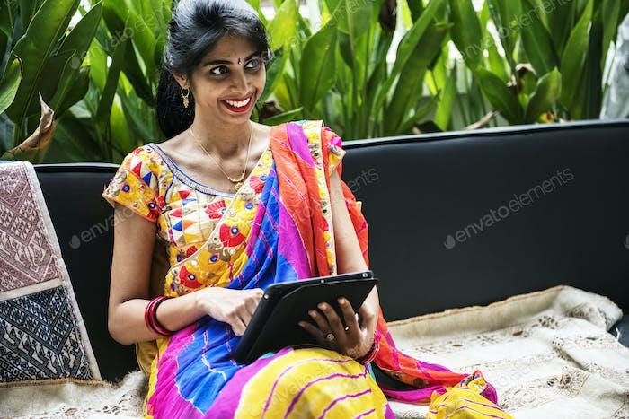 Indische Frau mit digitalem Tablet