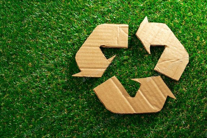 Concepto ecológico de reciclaje con cartel de reciclaje de cartón