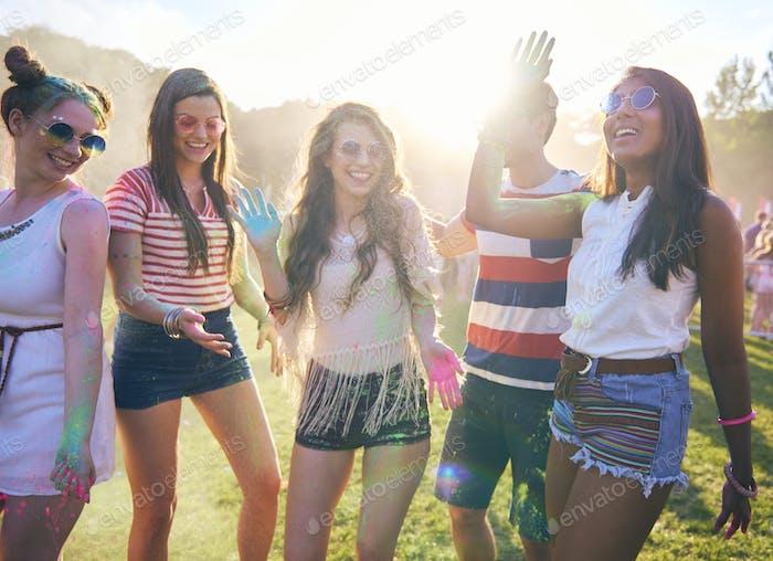 Gruppe von Menschen, die in Holi Farben tanzen