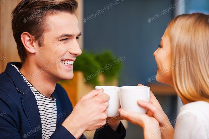 Café caliente y amor caliente.