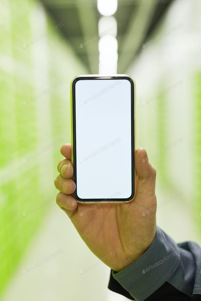 Hombre sosteniendo un teléfono inteligente