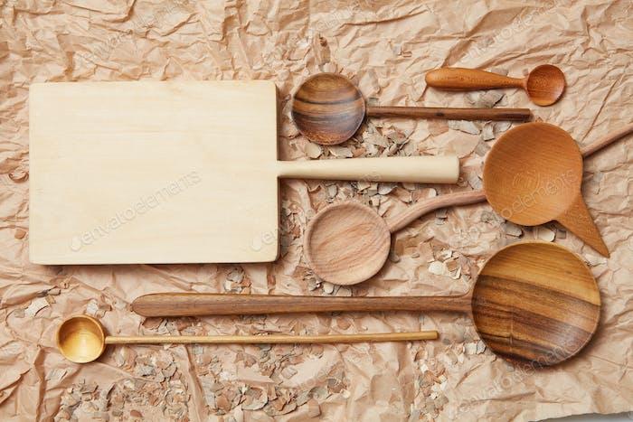 Küchenhelfer aus Holz auf Backpapier