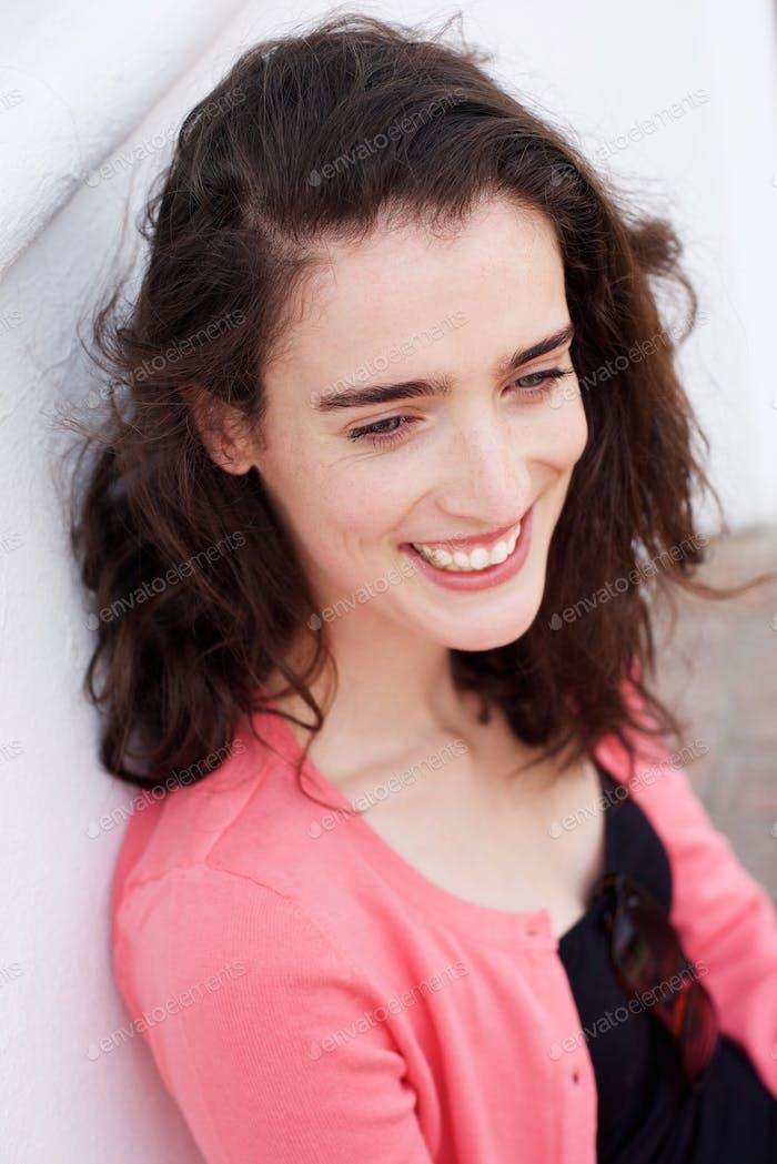 Lächelnde junge Frau sitzen