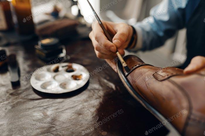 Schuhmacher mit Pinsel getönt Schuhe, Schuhe Reparatur