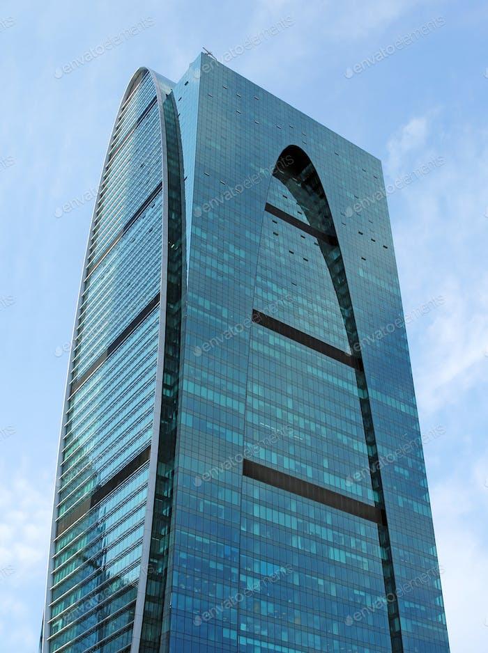 Moderne Gebäude aus Glas und Stahl Wolkenkratzer gegen den Himmel