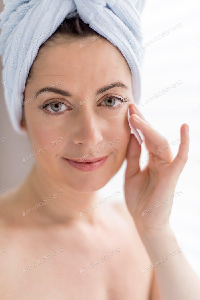Frau in ihren vierziger Jahren entfernen Make-up