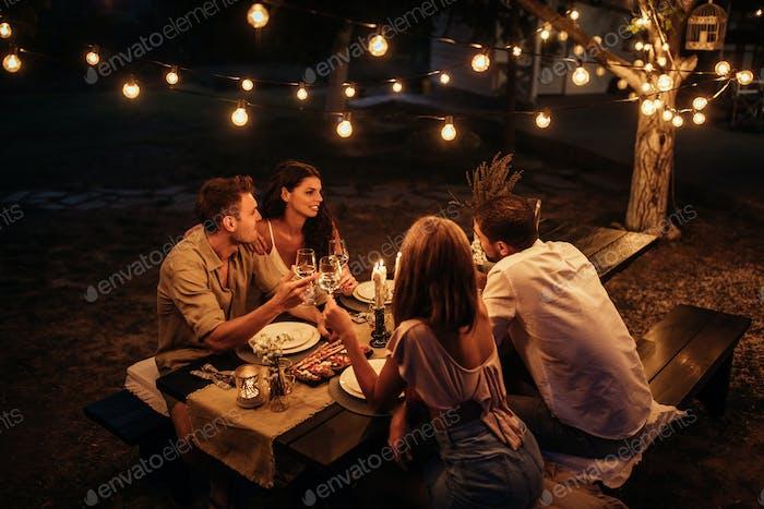 Ruhige Nacht mit Freunden