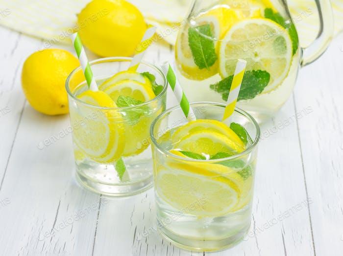 Hausgemachte Limonade mit frischer Zitrone und Minze