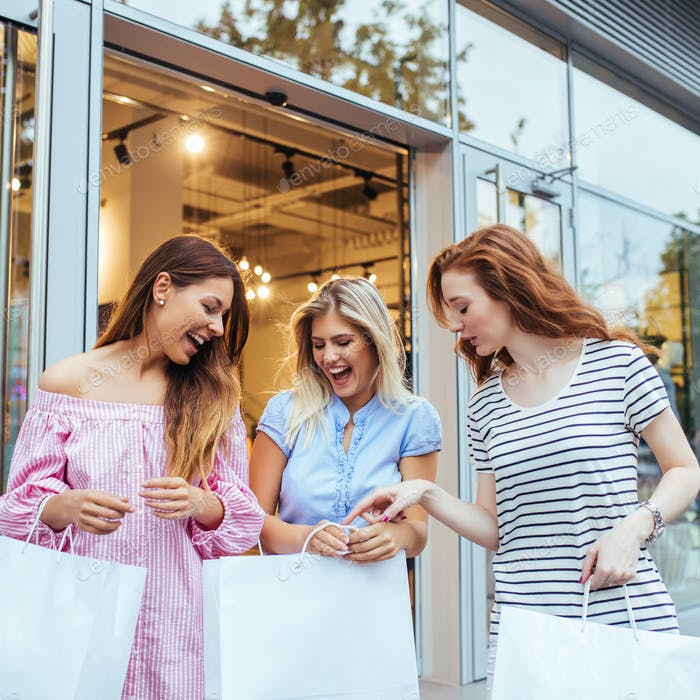 There's nothing like shopping with best friends !
