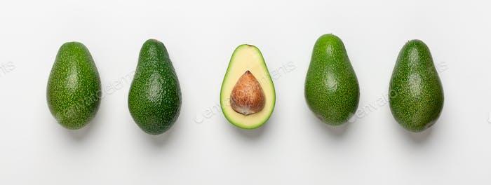 Collage von Avocados mit Samen auf weißem Hintergrund
