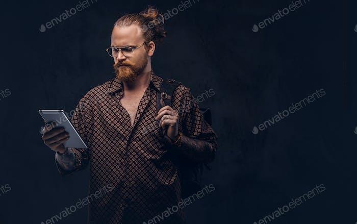 Rothaarige Hipster Student in Brille gekleidet in einem braunen Hemd posiert in einem Studio