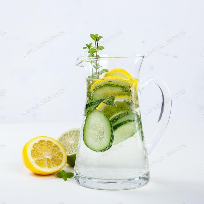 Detox Infundiertes Wasser. Gesundes Getränk.