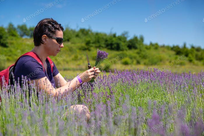 Frau hält einen Lavendelstrauß