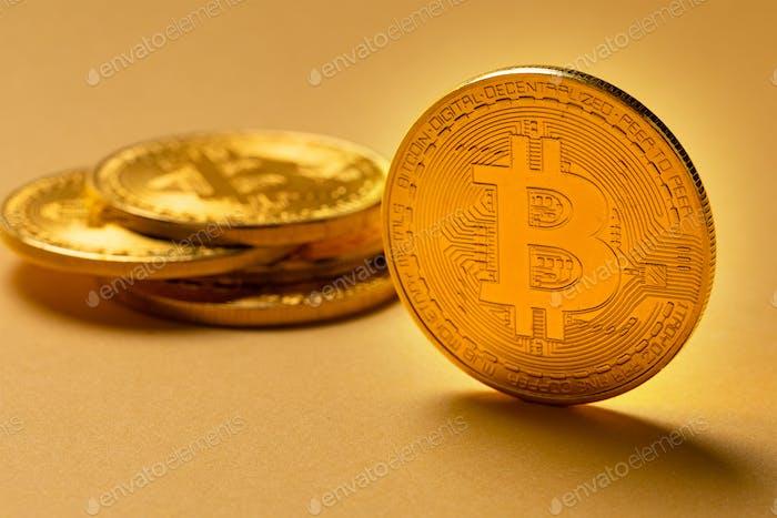 Gold Bitcoin Kryptowährungsmünzen auf gelbem Backgound