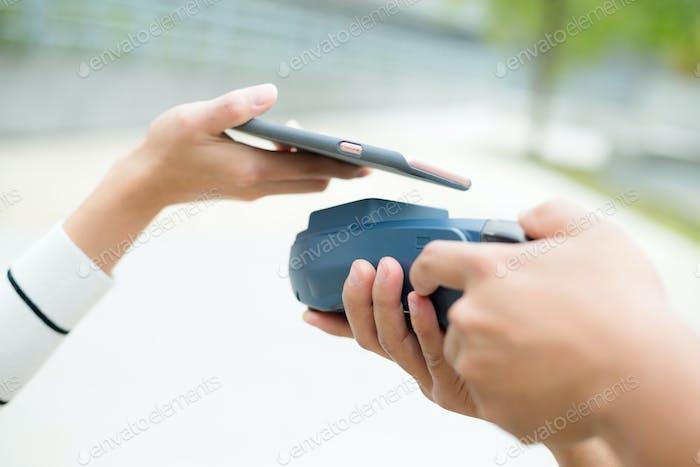 Cliente que paga con tecnología NFC