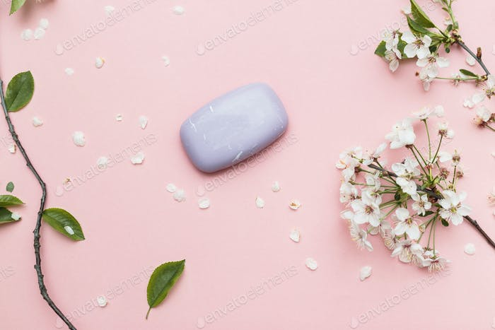 Lavendel handgemachte Seifenstangen, auf rosa Hintergrund