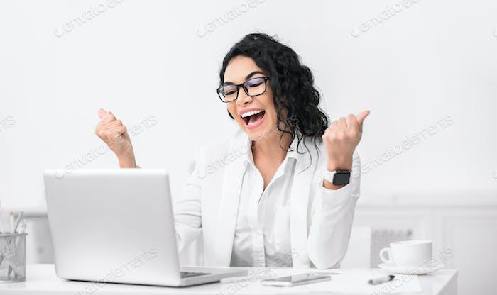 Mujer latina feliz gritando en el lugar de trabajo