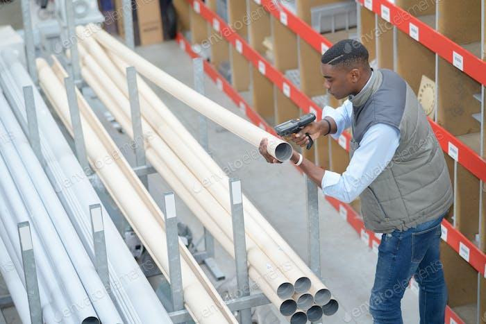 Mann scannen Kunststoffröhren im Speicher