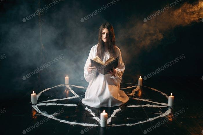 Frau sitzt in der Mitte des Pentagramms Kreis