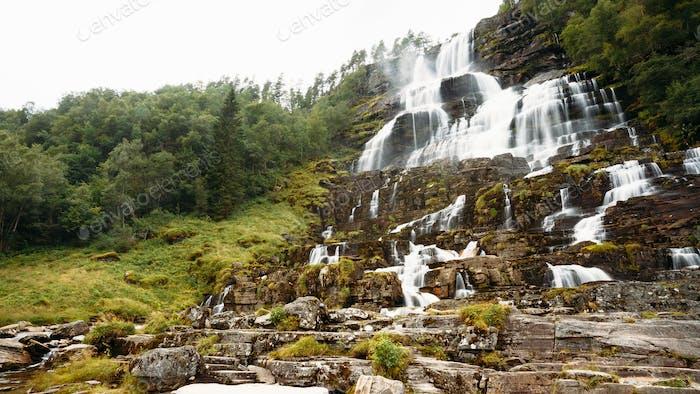 Berühmter Tvindefossen Wasserfall in Norwegen