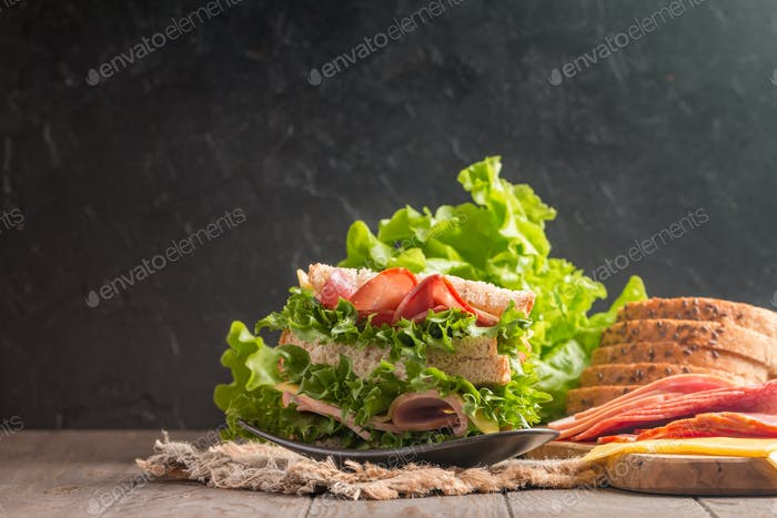 Клубный сэндвич на деревенском столе