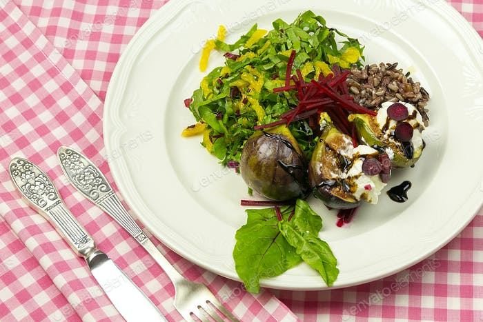 Salad with figs with goat cheese and beets