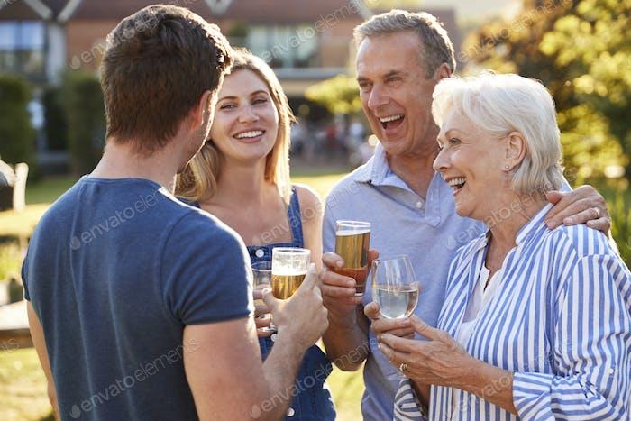 Eltern mit erwachsenen Nachkommen genießen Outdoor-Sommer-Drink im Pub