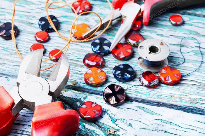 Herstellung von Halsketten aus Glasperlen.