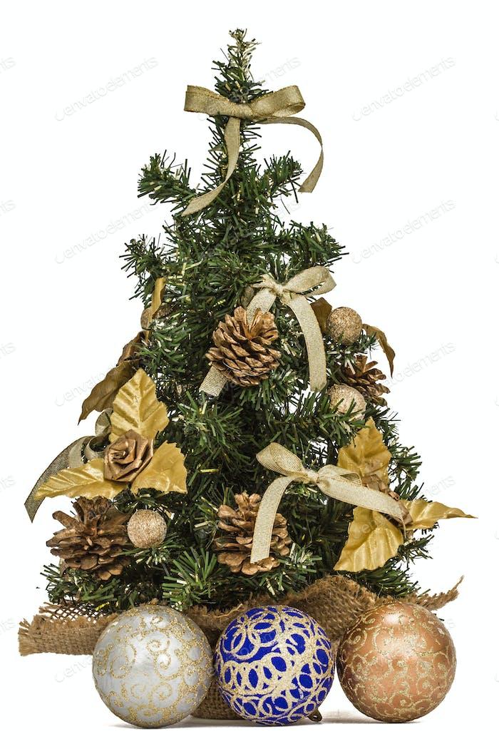 Dekorierter Weihnachtsbaum auf weißem Hintergrund