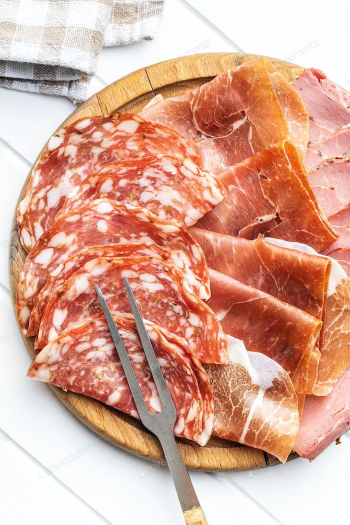 Geschnittene Salami, Schinken und Roastbeef.