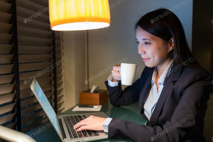 Geschäftsfrau arbeitet über Nacht