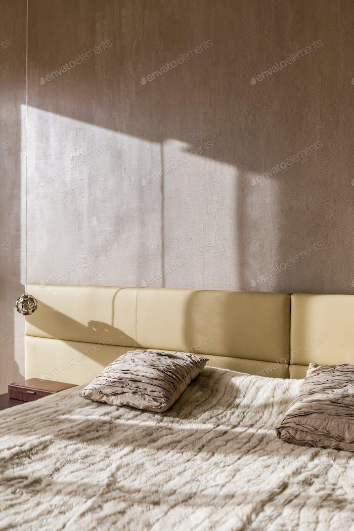Bett mit Pelzdecke