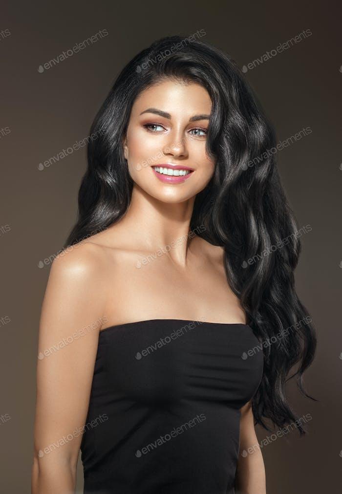 Mujer con pelo largo negro y maquillaje natural sobre fondo marrón