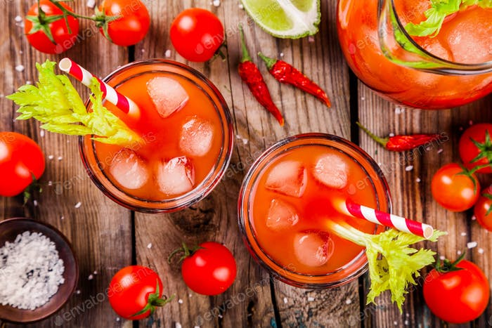 Tomatensaft mit Sellerie und Eis in Gläsern