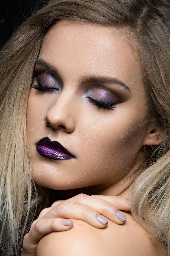 Schönes Mädchen mit dunklen lila Lippen