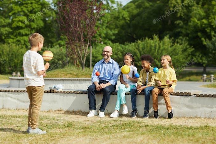 Boy Giving Präsentation im Freien Lektion