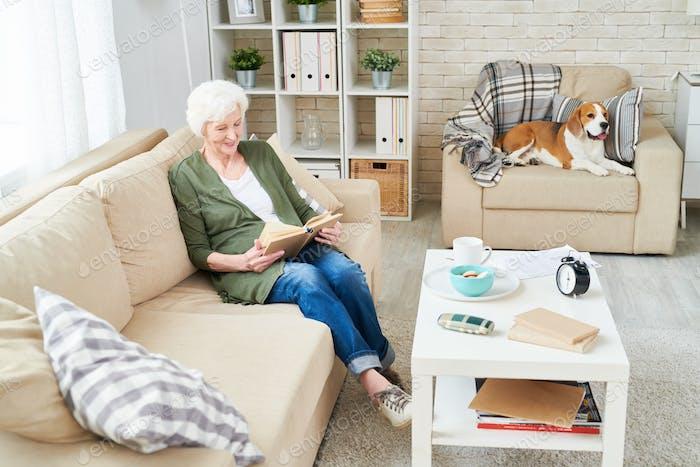 Glückliche Großmutter genießen Lesen