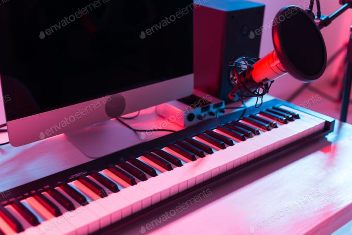 Synthesizer-Tastatur-Digitalaufnahme, Heimmusik-Schallplattenstudio-Konzept. Freizeit- und Hobbykonzept
