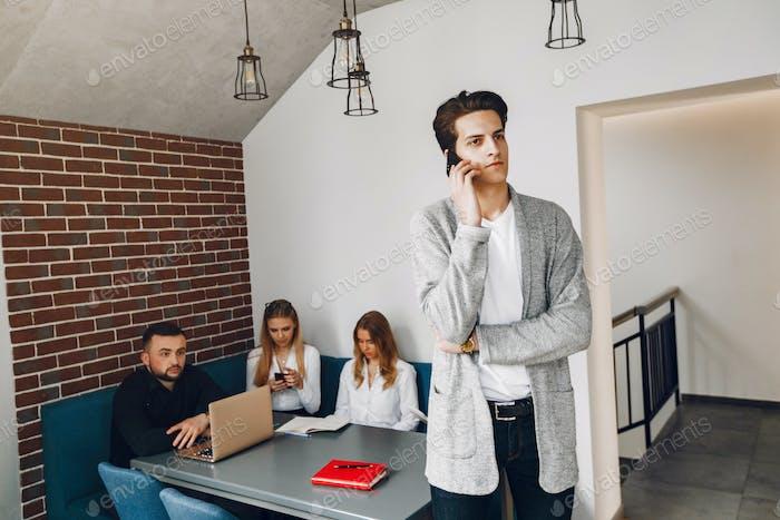 Stilvoller Geschäftsmann arbeitet in einem Büro