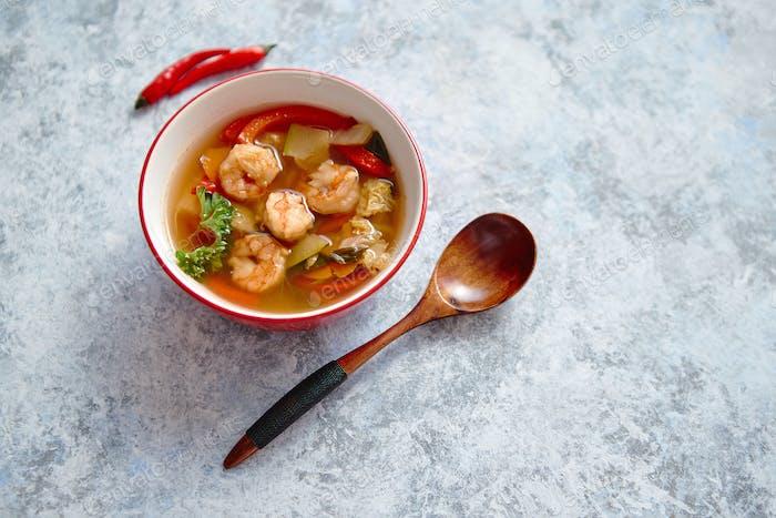 Traditionelle Tom Yum würzige thailändische Suppe mit Garnelen