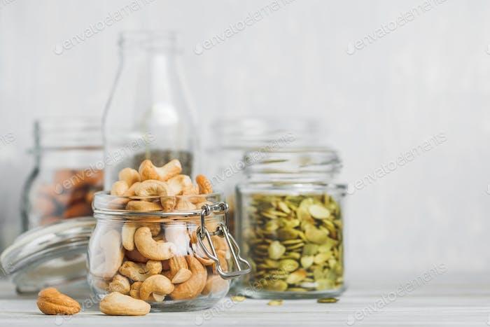 Verschiedene Nüsse und Samen