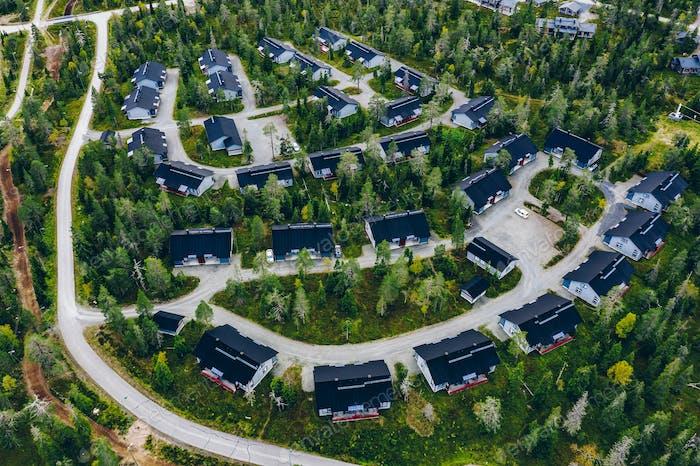 Luftaufnahme des ländlichen Dorfes, Wohngebiet mit Hütten in Finnland