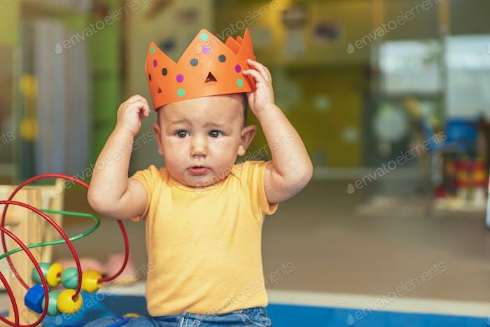 Feliz bebé jugando con bloques de juguete.