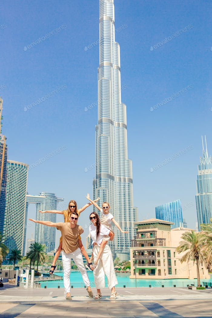 Happy Family Walking in Dubai mit Wolkenkratzern im Hintergrund