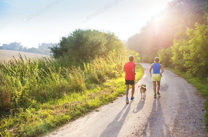 Seniorenpaar laufen