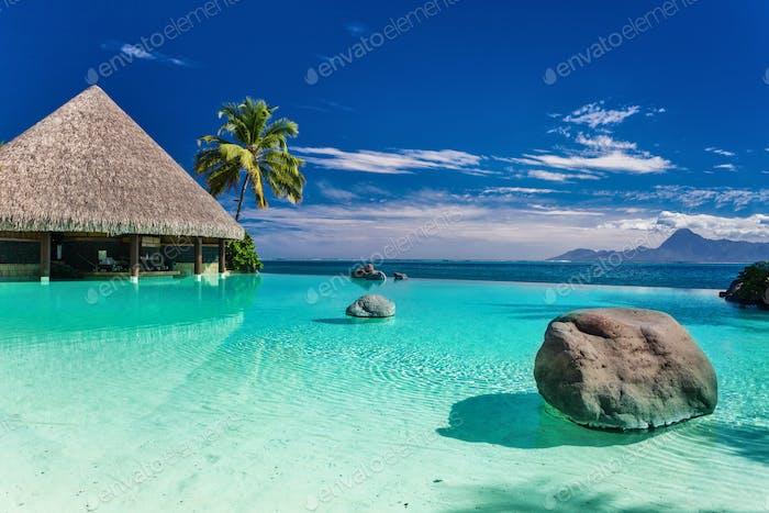 Infinity-Pool mit Palmenfelsen, Tahiti, Französisch-Polynesien