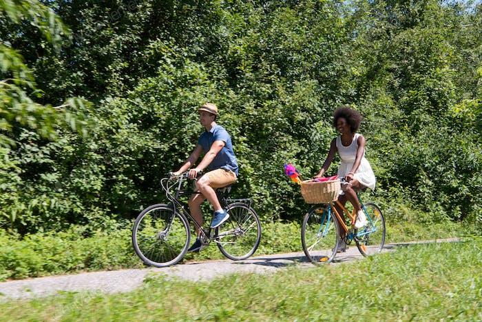 Junges multiethnisches Paar mit einer Radtour in der Natur