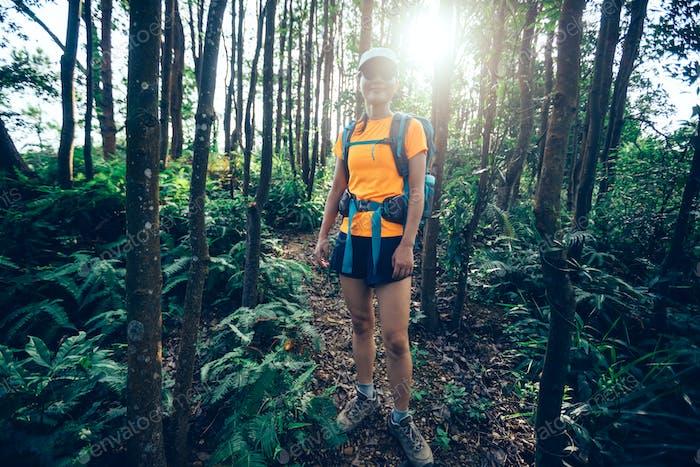 Frau Wanderer Wandern im Sonnenaufgang tropischen Regenwald