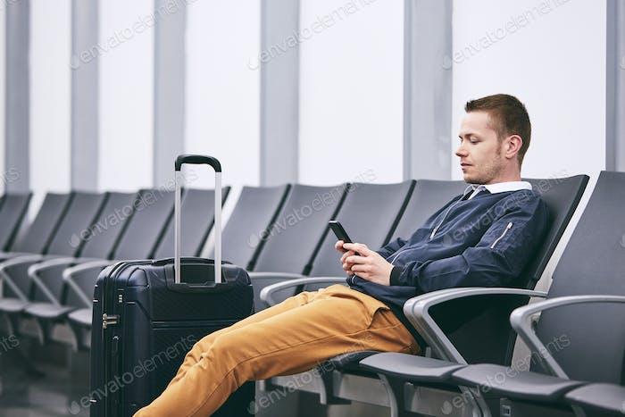 Warten im Flughafenterminal